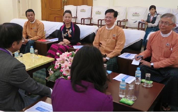 国際関係委員会との会議  委員長U Zaw Thein氏(右端)、幹事長 Bo Bo Oo氏(右二)